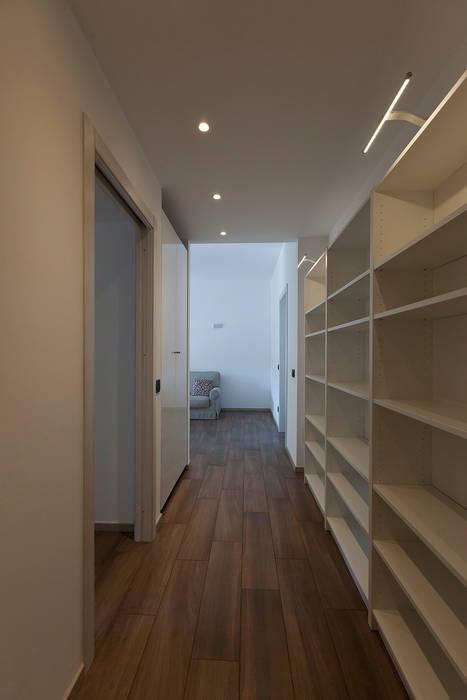 Couloir, entrée, escaliers modernes par Laura Galli Architetto Moderne