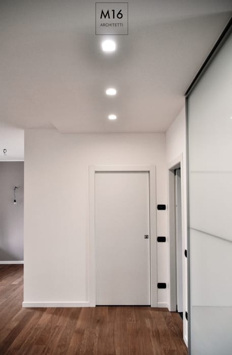 Modern Corridor, Hallway and Staircase by M16 architetti Modern