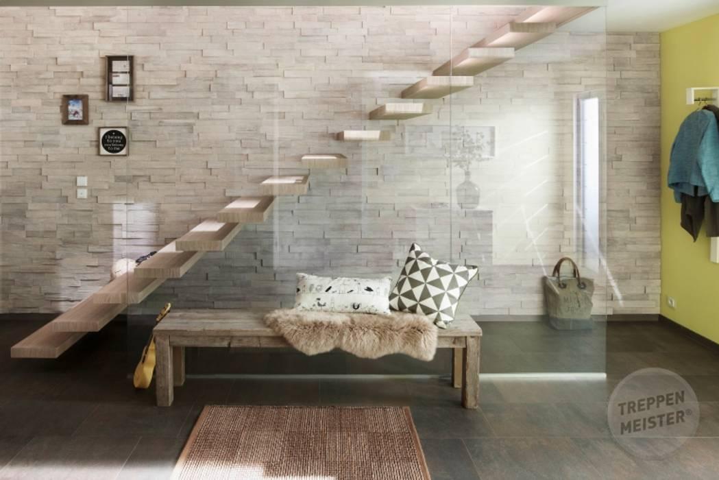 Escalier marche en porte à faux: Couloir et hall d'entrée de style  par Passion Escaliers