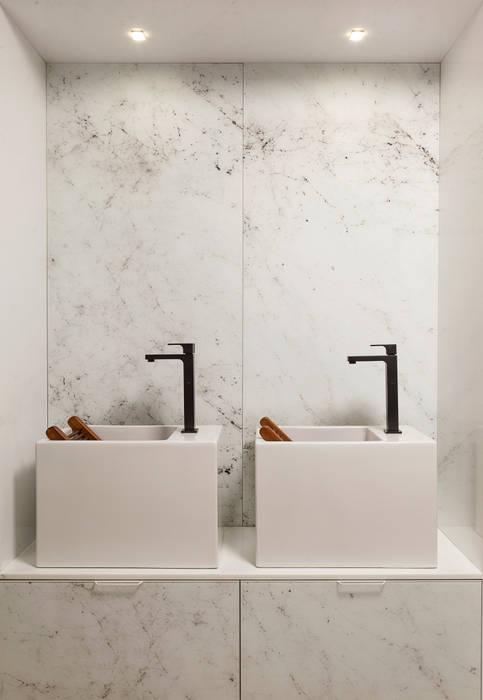Área de Serviço: Banheiros  por CAMILA FERREIRA ARQUITETURA E INTERIORES,