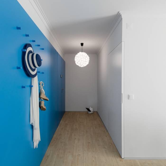 Couloir et hall d'entrée de style  par Tiago do Vale Arquitectos
