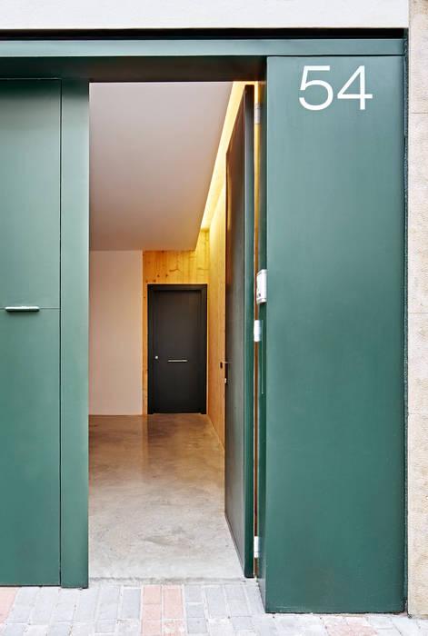 59RUT Obra nueva de casa entre medianeras al Centro de Terrassa: Garajes de estilo  de Vallribera Arquitectes, Minimalista