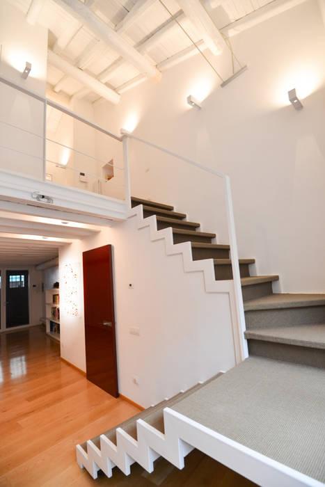 Le scale: Ingresso & Corridoio in stile  di Studio Fori