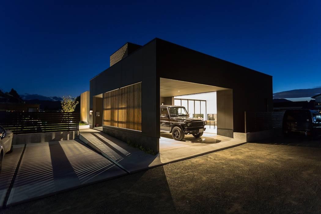ディスプレイガレージのある家 TKD-ARCHITECT モダンデザインの ガレージ・物置 木 黒色