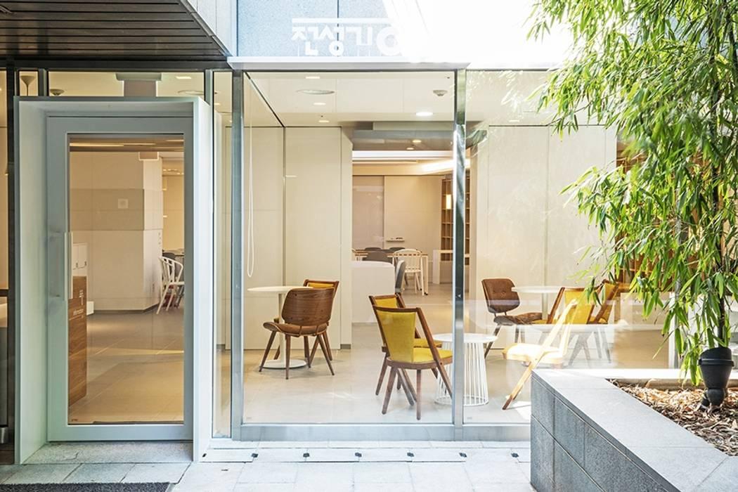 Modern windows & doors by 지오아키텍처 Modern