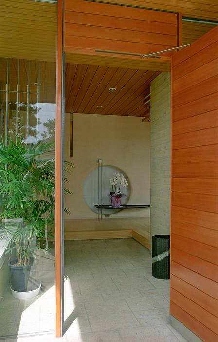 Pasillos, vestíbulos y escaleras de estilo moderno de シーズ・アーキスタディオ建築設計室 Moderno