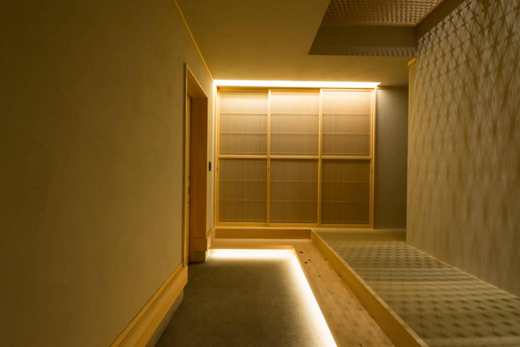 津田沼の狭小住宅: 株式会社スタジオ・チッタ Studio Cittaが手掛けた廊下 & 玄関です。