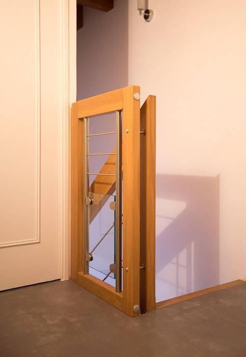 Garde-corps d'étage en chêne massif: Couloir et hall d'entrée de style  par Passion Escaliers