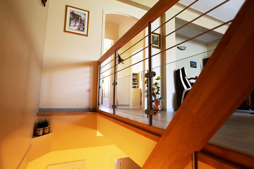 Garde corps d'étage en bois: Couloir et hall d'entrée de style  par Passion Escaliers