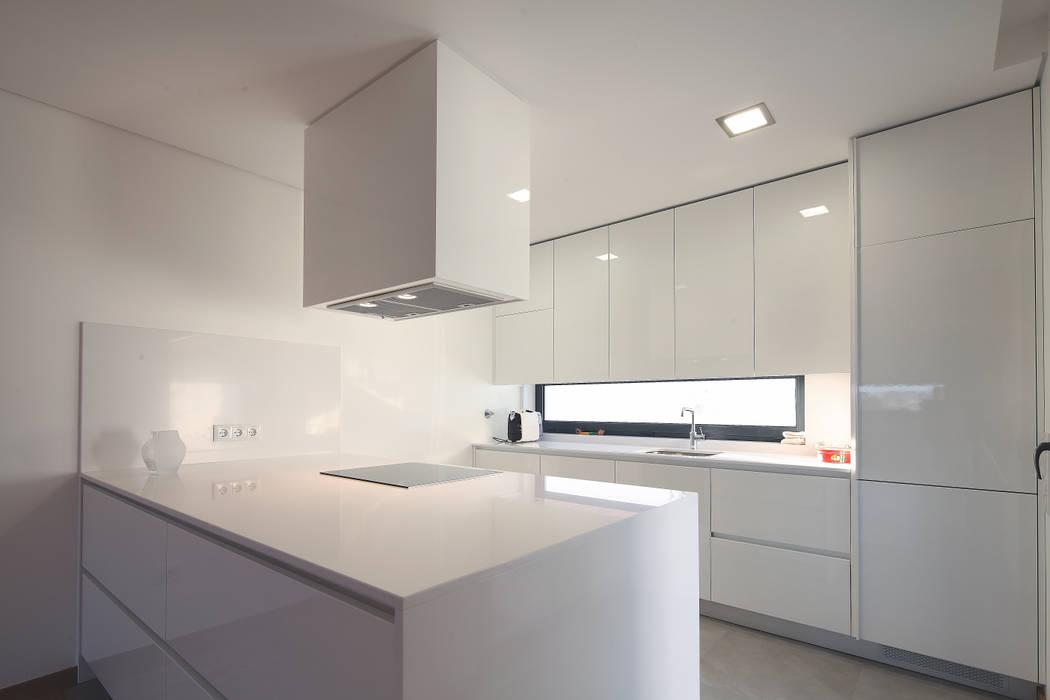 Cocinas de estilo moderno de architektengroep roderveld Moderno