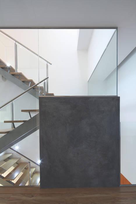 Pasillos, vestíbulos y escaleras modernos de architektengroep roderveld Moderno