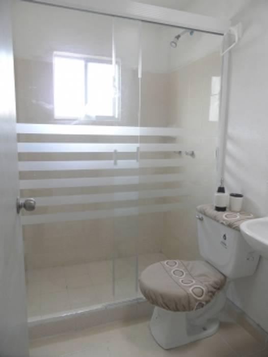 Canceles y Vitrales Modern Bathroom
