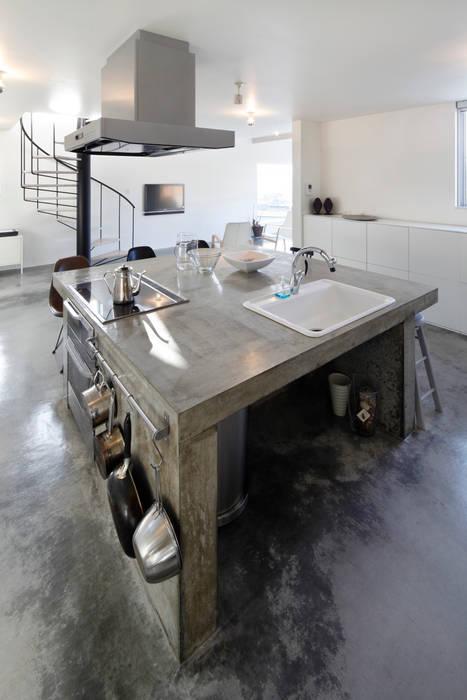 コンクリート打ち放しキッチン 久保田正一建築研究所 ミニマルデザインの キッチン コンクリート 灰色