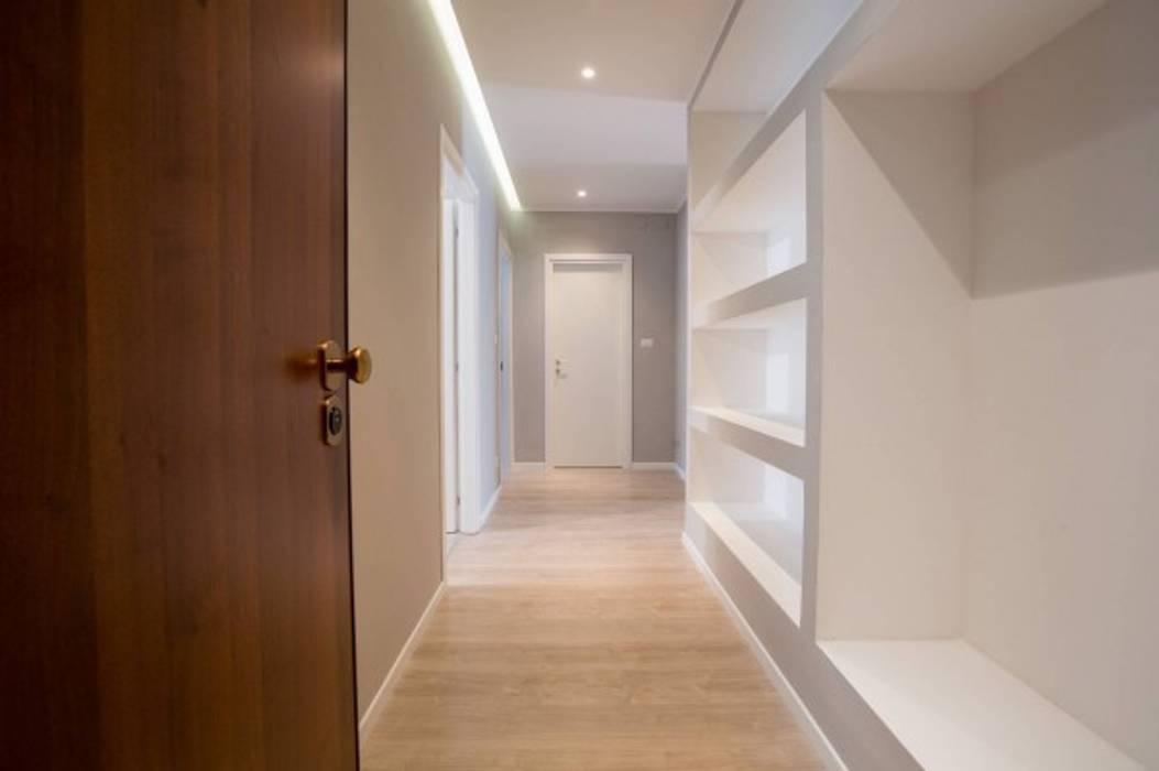 Corredores, halls e escadas modernos por MmArchi. I Monica Maraspin Architetto Moderno Madeira Efeito de madeira