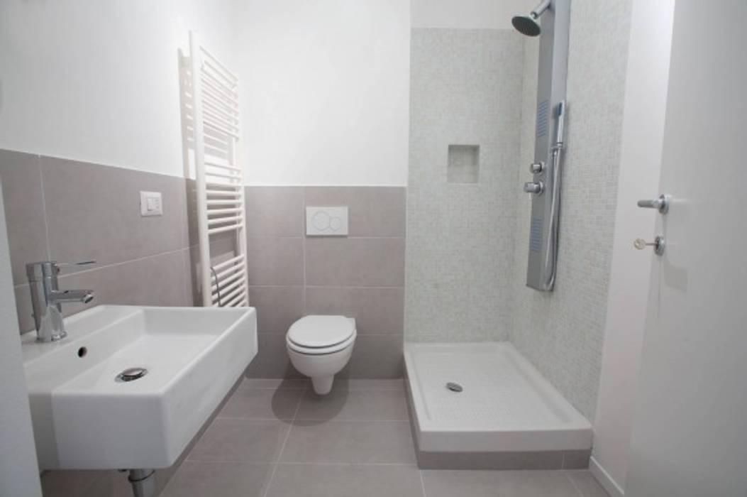 Modern bathroom by MmArchi. I Monica Maraspin Architetto Modern Ceramic