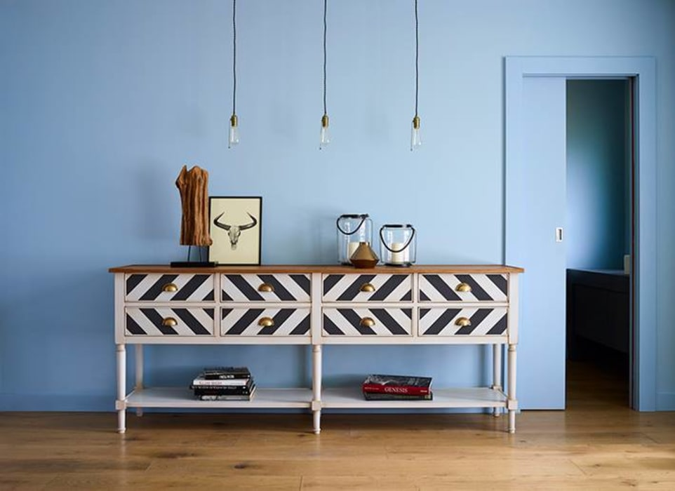 Modern corridor, hallway & stairs by Conexo. Modern Solid Wood Multicolored