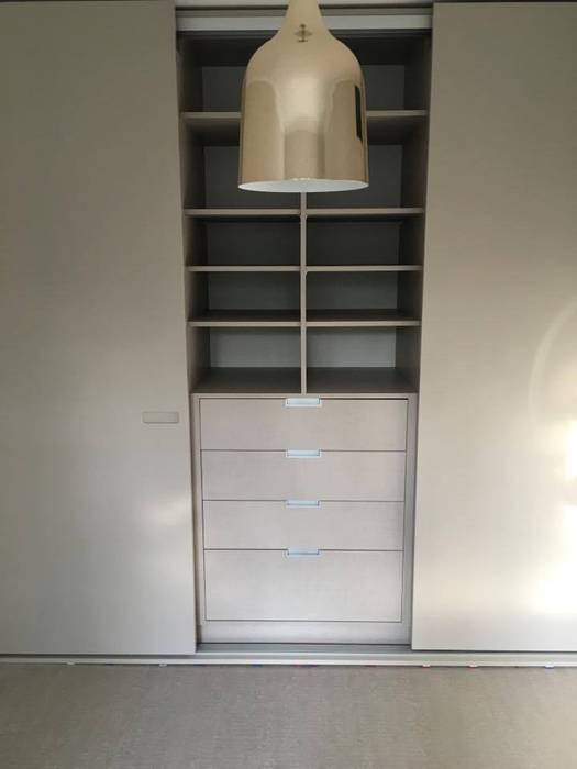 Sprayed Sliding Door Wardrobe with Routed Handles And Light Grey Linen Interior de Kleiderhaus ltd Minimalista