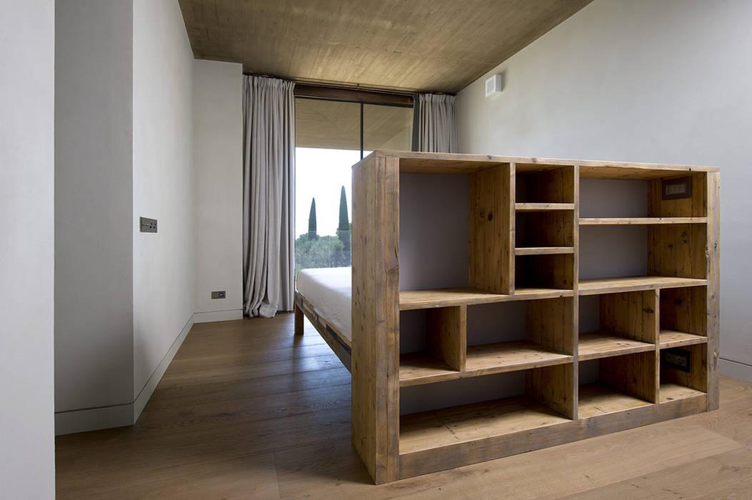 Letto  isola: Camera da letto in stile  di Laquercia21