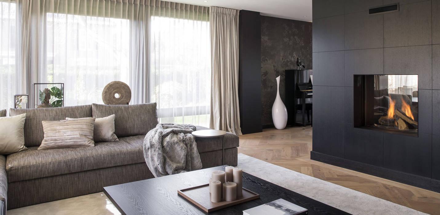 Metamorfose voor moderne villa: moderne woonkamer door choc studio ...