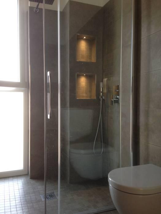 Bagno: Bagno in stile in stile Moderno di Cozzi Arch. Mauro