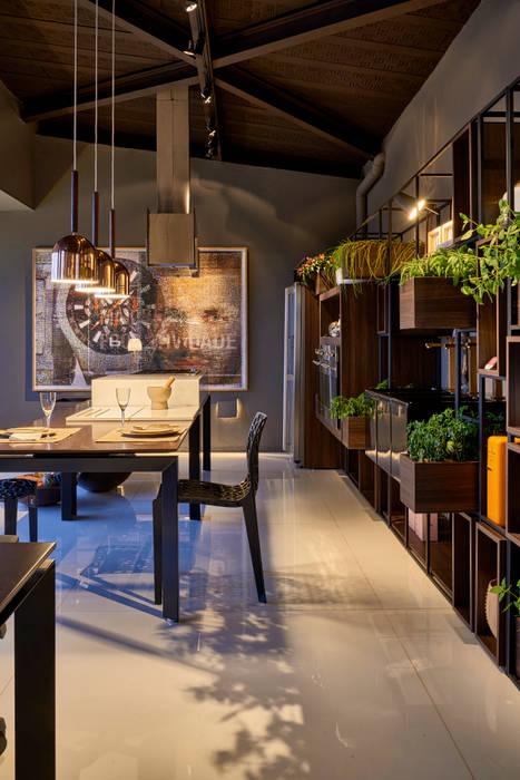 Dining room by MARCOS DE PAULA ARQUITETURA E INTERIORES,