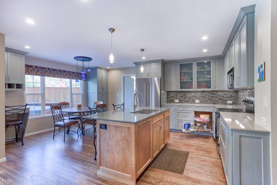 Homestead II Kitchen and Living Room:  Kitchen by Studio Design LLC,
