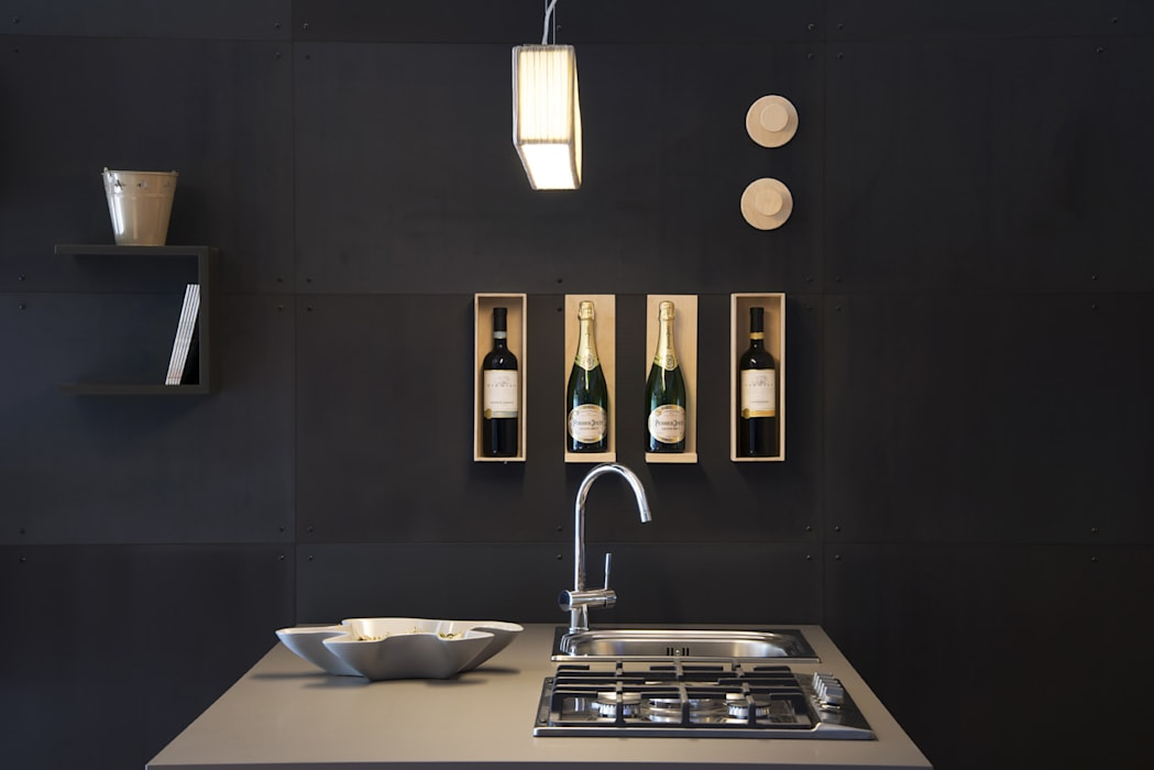 Parete attrezzata con lamiere in ferro naturale e accessori magnetici cucina in stile di ronda - Decorare parete cucina ...
