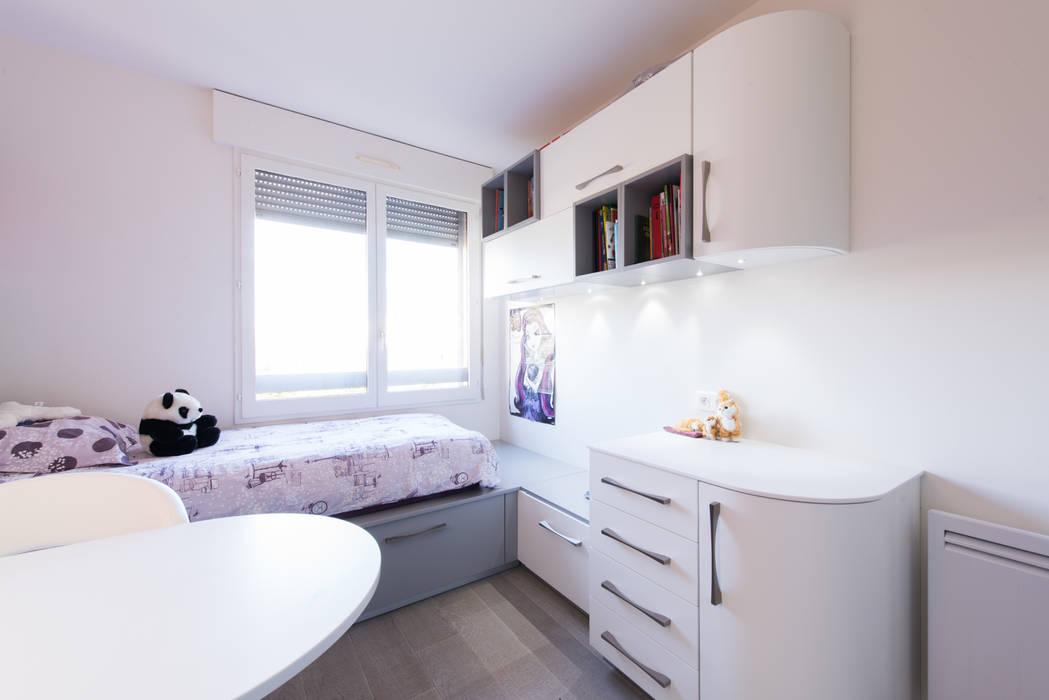 Chambre enfant fille violet: Chambre d'enfant de style de style Moderne par LA CUISINE DANS LE BAIN SK CONCEPT