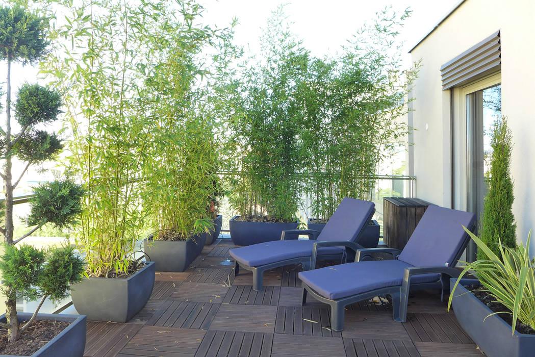 Deux transats pour se détendre: Terrasse de style  par Skéa Designer