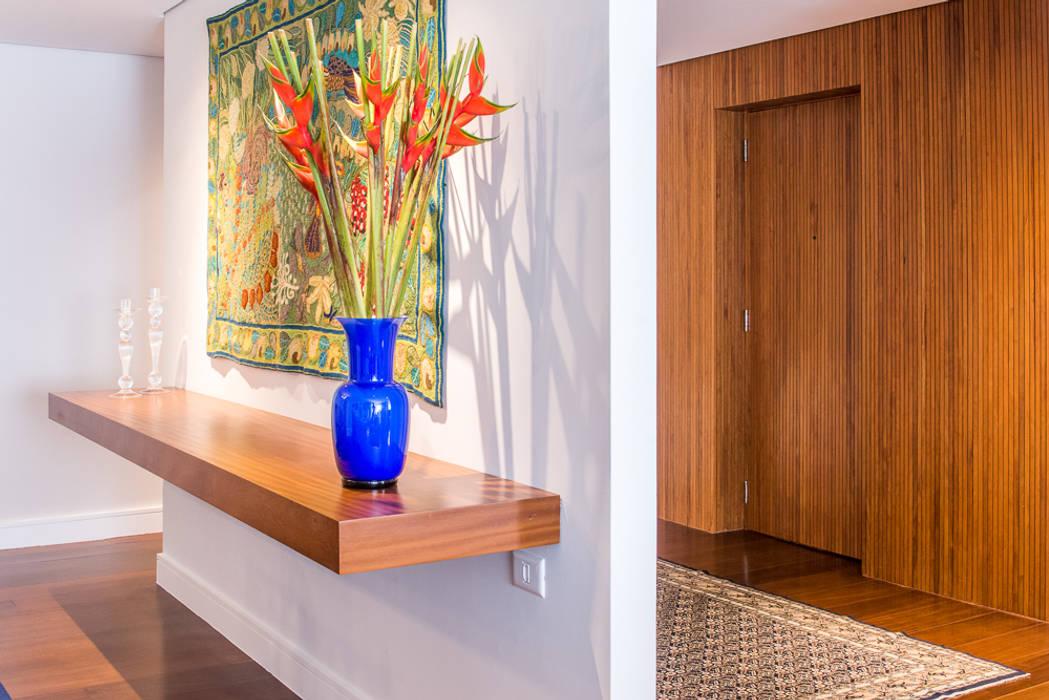 de Renata Romeiro Interiores Moderno Madera Acabado en madera