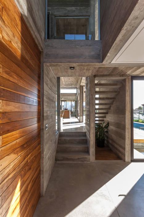 Casa Berazategui: Pasillos y recibidores de estilo  por Besonías Almeida arquitectos