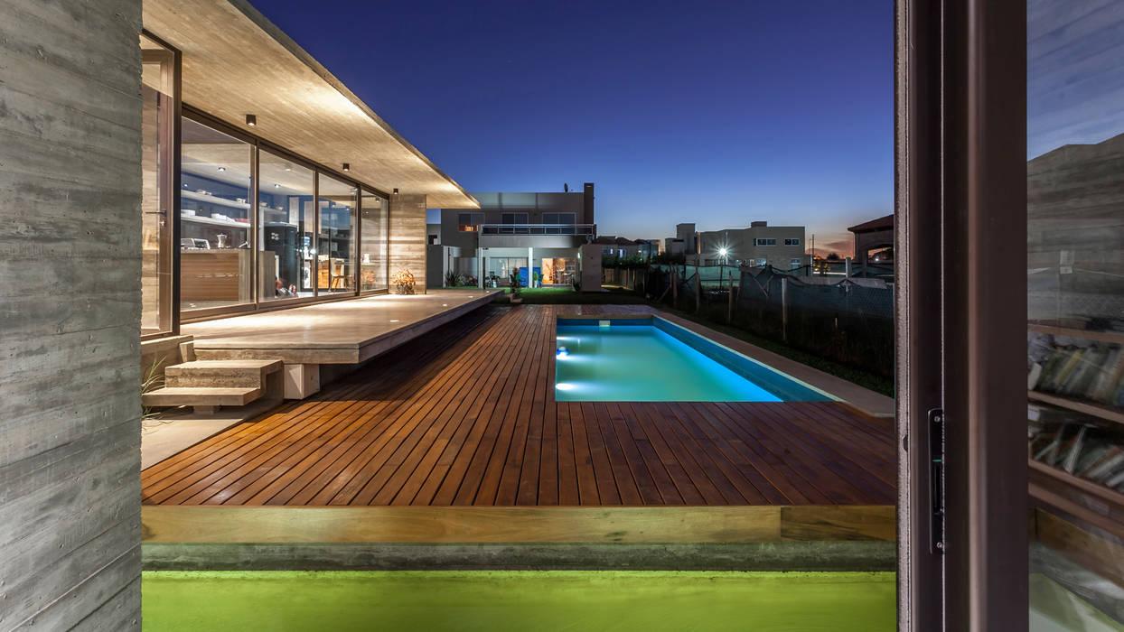 Casa Berazategui: Piletas de estilo  por Besonías Almeida arquitectos