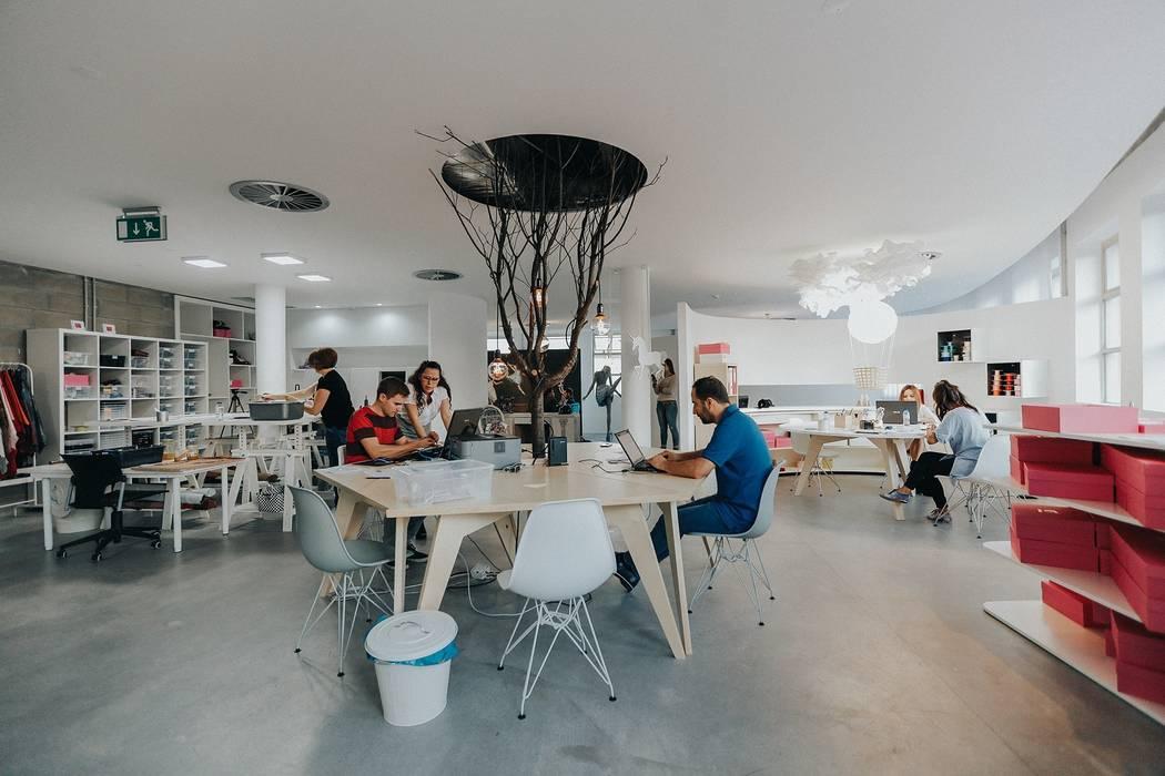 And I Wonder Studio: Lojas e espaços comerciais  por ad+r Creative Studio,