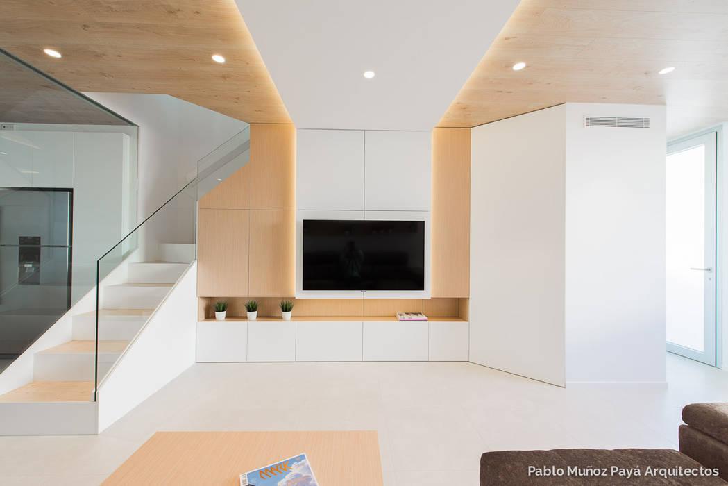 Refurbishment for Cristina & Juan Carlos Modern living room by Pablo Muñoz Payá Arquitectos Modern