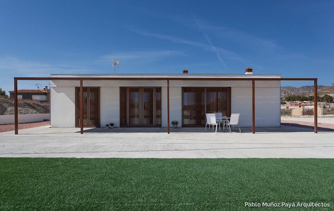 Low-cost weekend house by Pablo Muñoz Payá Arquitectos Сучасний