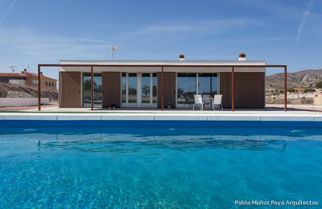 Low-cost weekend house Pablo Muñoz Payá Arquitectos Rumah Modern
