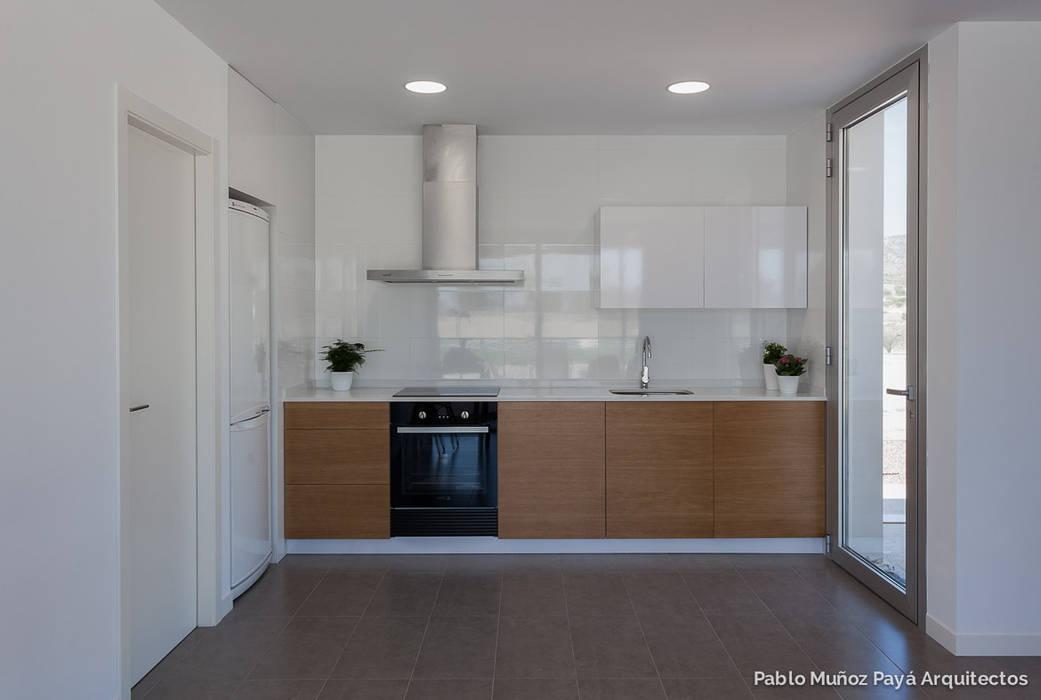 Casa de fin de semana low-cost Pablo Muñoz Payá Arquitectos Cocinas de estilo moderno