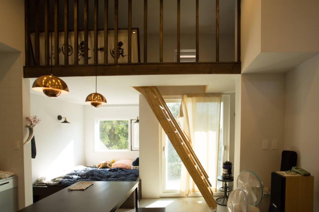 Modern corridor, hallway & stairs by 아키제주 건축사사무소 Modern