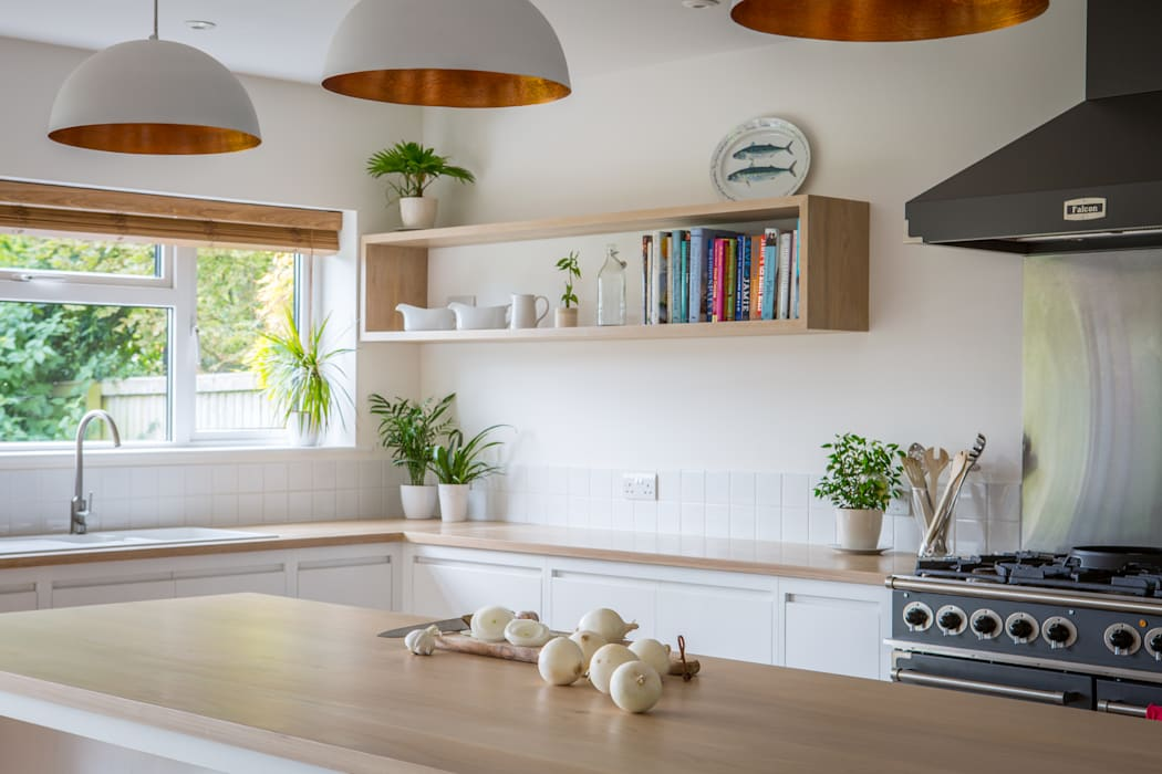 Minimalist White Kitchen with Warm Accents by homify Minimalist Solid Wood Multicolored