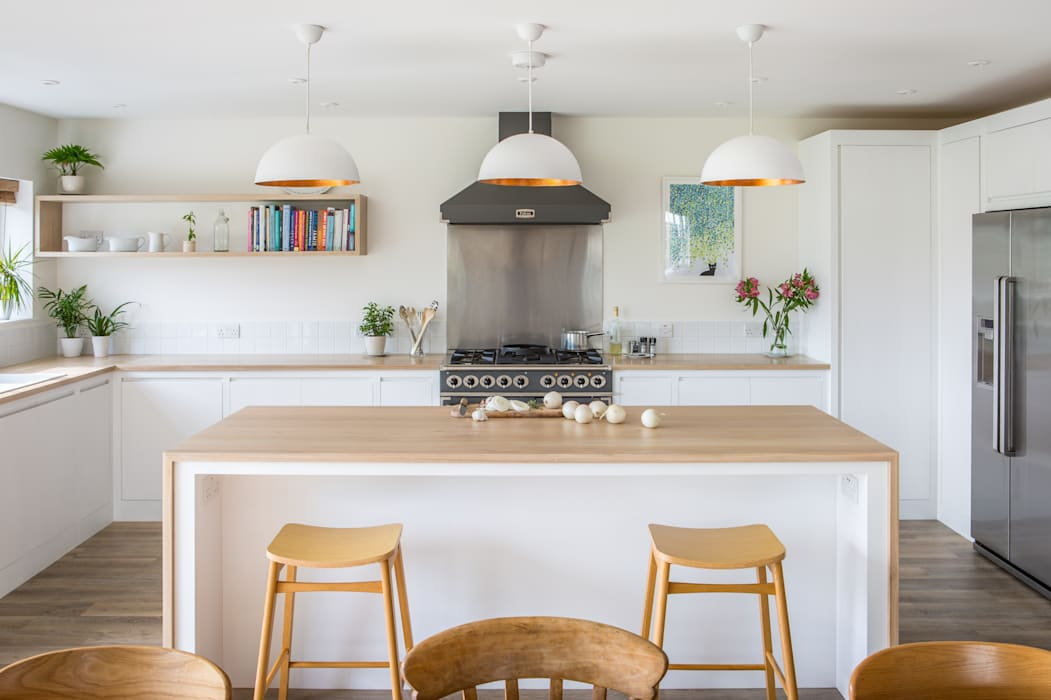 Minimalist White Kitchen with Warm Accents Dapur Minimalis Oleh homify Minimalis Parket Multicolored