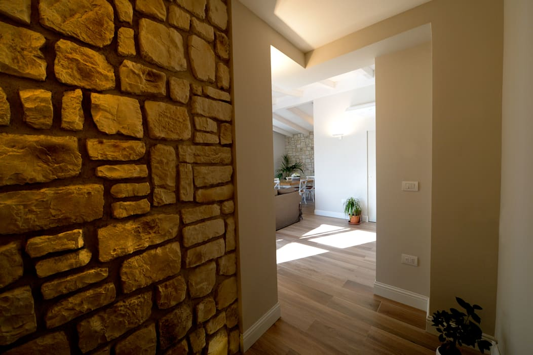 Mediterranean corridor, hallway & stairs by yesHome Mediterranean