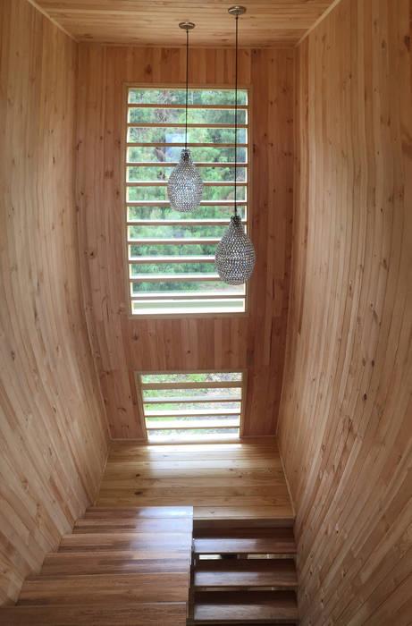 Escaleras en madera Pasillos, vestíbulos y escaleras de estilo moderno de Taller de Ensamble SAS Moderno Madera Acabado en madera