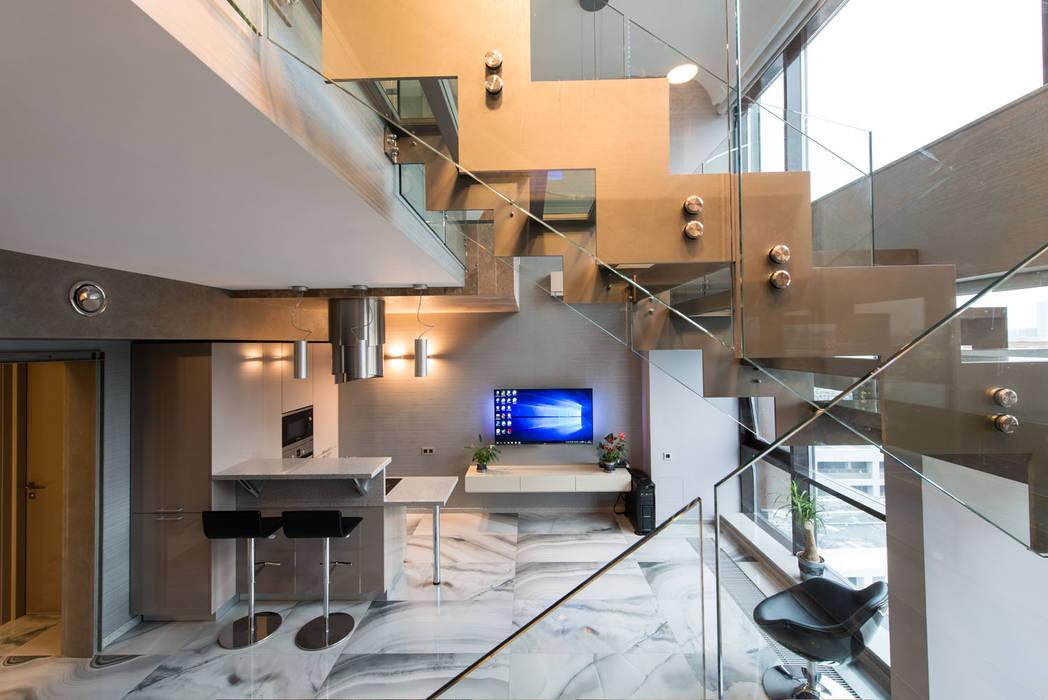 Pasillos, vestíbulos y escaleras de estilo industrial de homify Industrial Vidrio