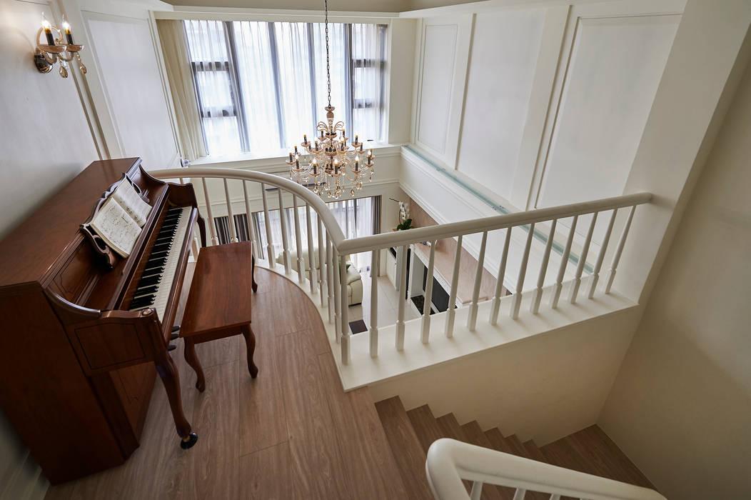 Couloir, entrée, escaliers modernes par 采金房 Interior Design Moderne