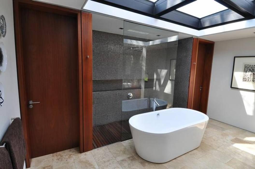 Modern bathroom by www.mezzanineinteriors.co.za Modern