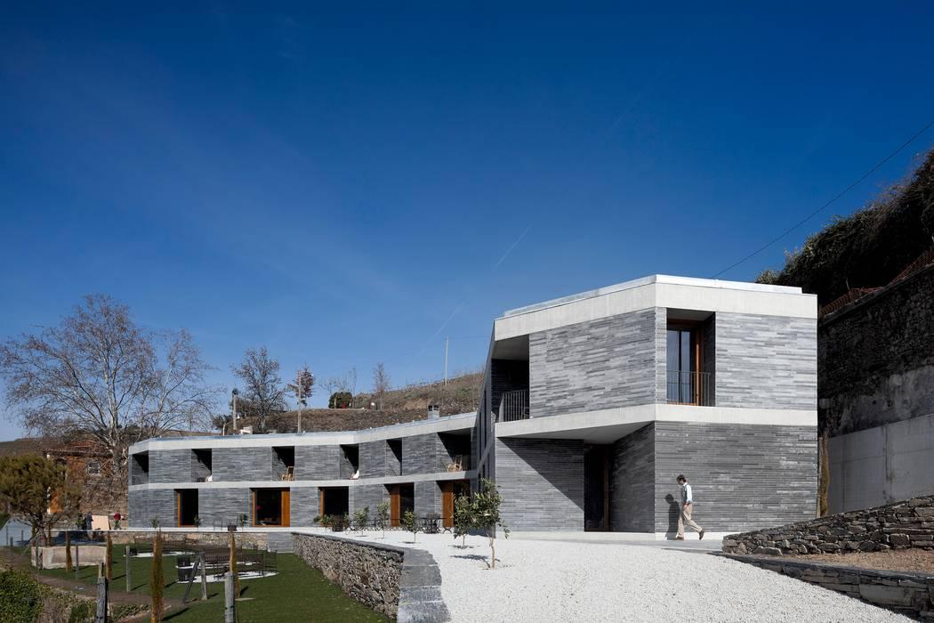 hotel vínico quinta do vallado Janelas e portas modernas por Menos é Mais - Arquitectos Associados Moderno