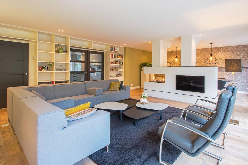 Kleur en structuur in de woonkamer:  Woonkamer door HomeAccent Interieurbureau