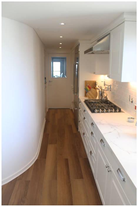 Pasillo cocina funcional KorteSa arquitectura Cocinas eclécticas Blanco
