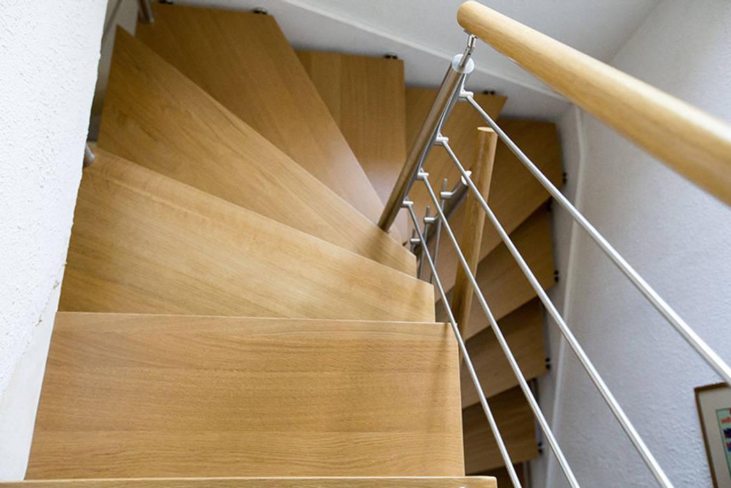 Garde-corps en inox et bois: Couloir et hall d'entrée de style  par Passion Escaliers