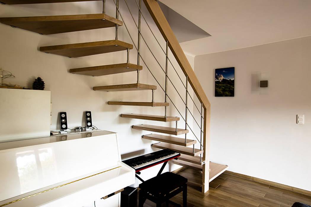 Escalier Nova suspendu: Couloir et hall d'entrée de style  par Passion Escaliers